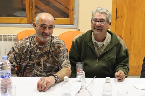 Xavi Sañé y Paco Gamero, vicepresidente y presidente, respectivamente, de la sociedad de cazadores Bisaura, departen y preparan la temporada. Ellos son grandes amigos y, seguro que encontrarán las soluciones más adecuadas.
