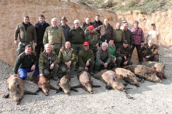 R. 20 cazadores y 8 jabalíes