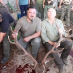 Agustín y Pepe Salcedo se fotografían con uno de los ciervos abatidos